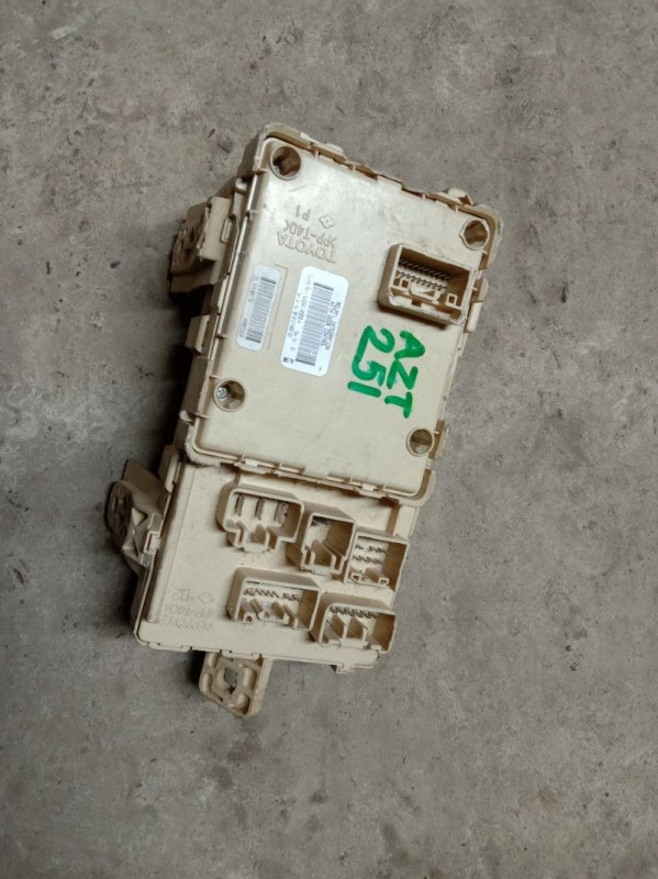 Блок реле и предохранителей Toyota Avensis AZT251 2AZ-FSE 2005
