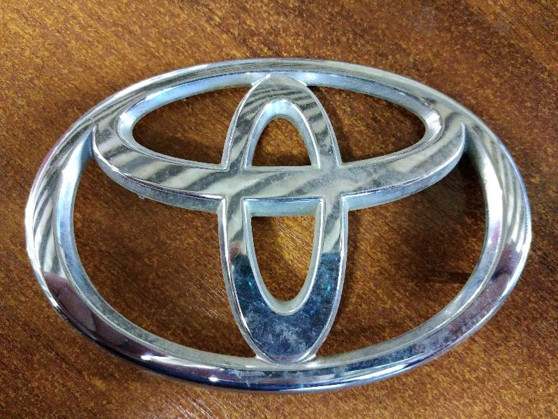 Эмблема Toyota Corolla Runx ZZE122 1ZZ-FE 2004 задняя