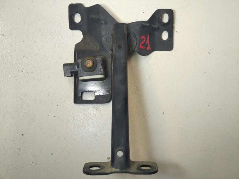 Кронштейн замка капота Mazda Axela BK