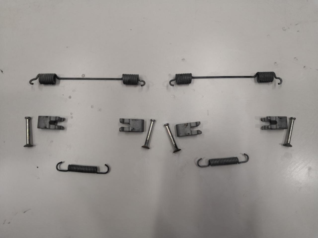 Комплект тормозных пружин Mazda Axela BK5P задний