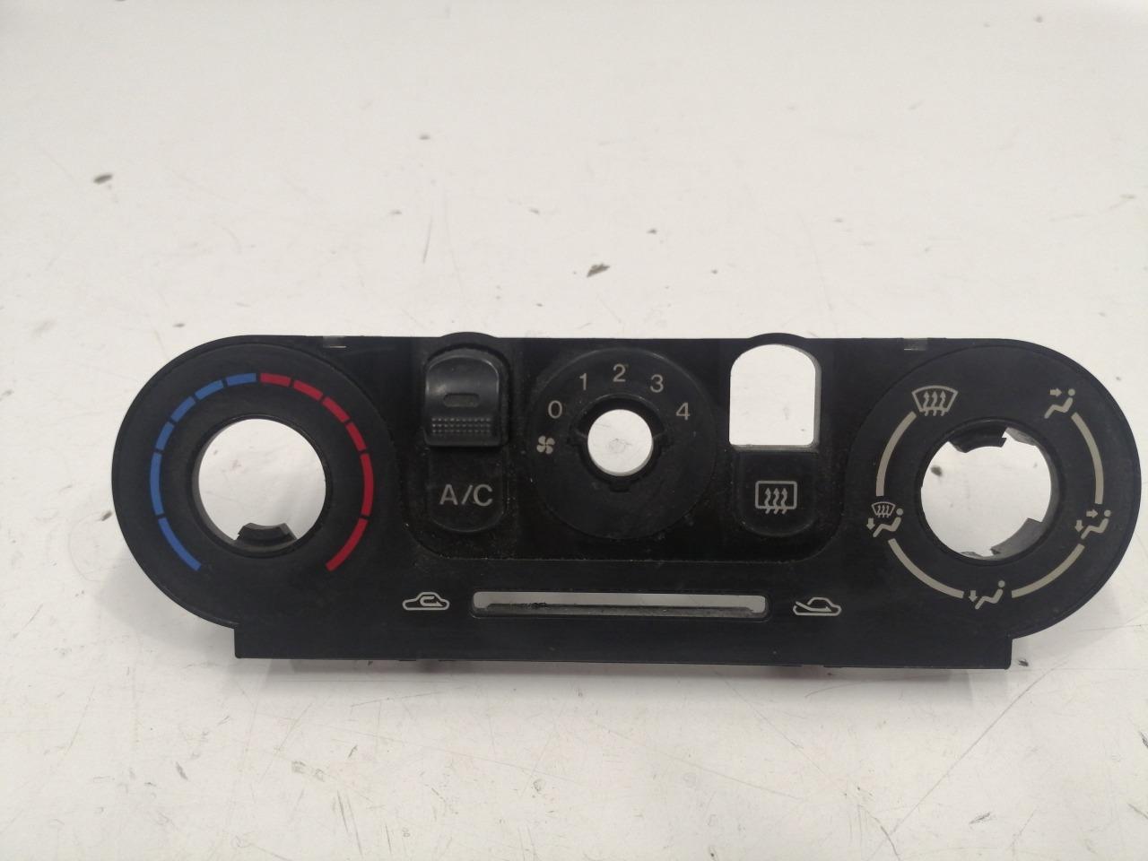 Накладка панели климат контроля Mazda Familia BJ5P
