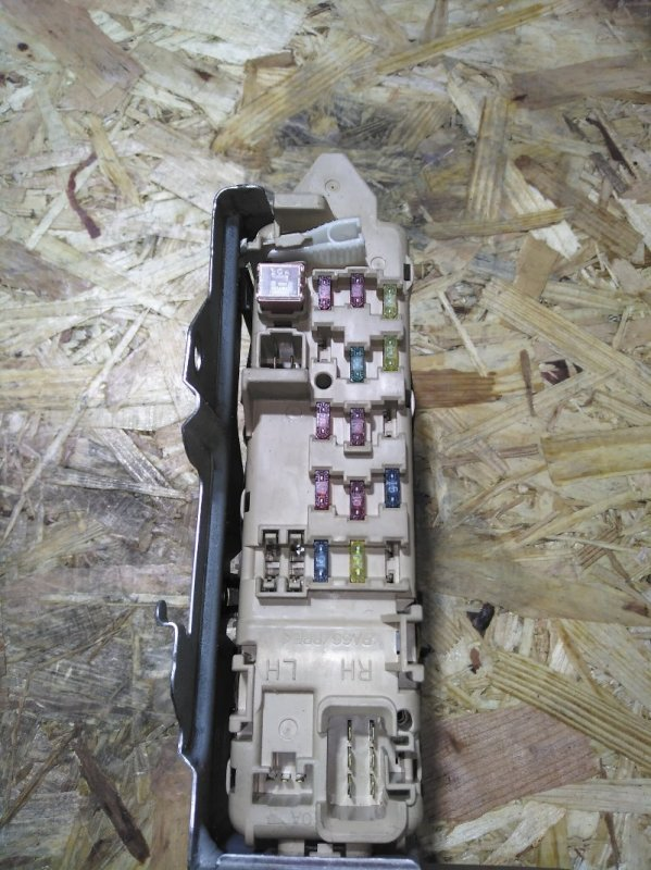 Блок реле и предохранителей Mazda Capella GW5R KL-ZE