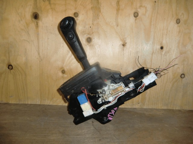 Рычаг переключения кпп Nissan X-Trail T30 QR20DE АКПП*верх накладка сломана с буквами