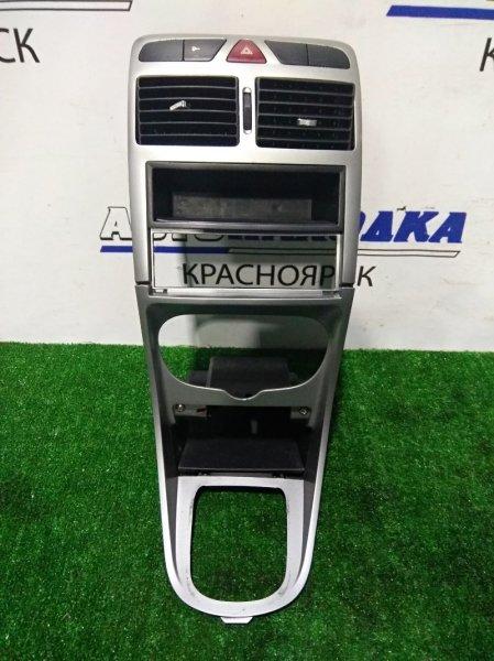 Консоль магнитофона Peugeot 307 TU5 2001 с дефлекторами обдува, полочкой, аварийкой +