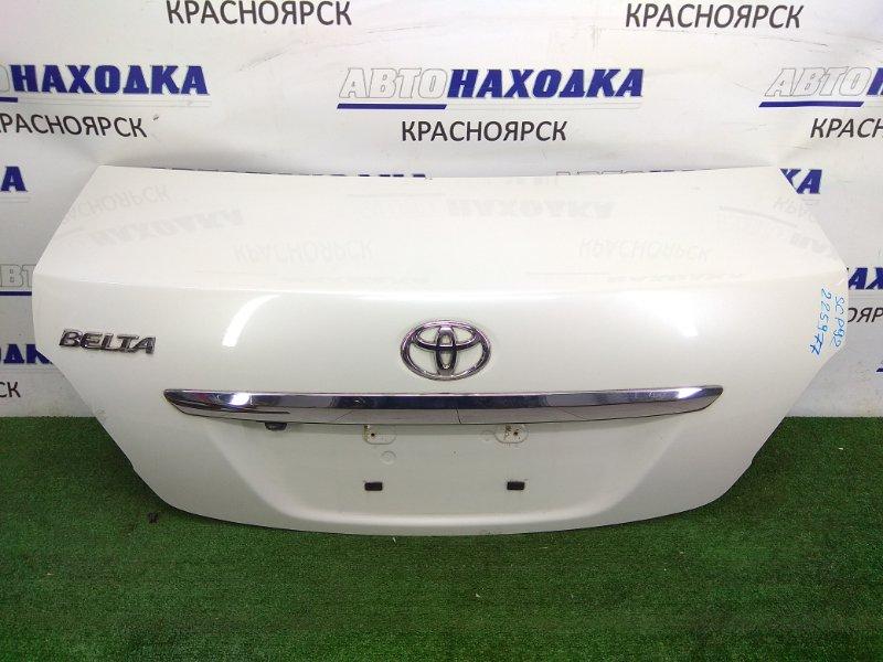 Крышка багажника Toyota Belta SCP92 2SZ-FE 2005 задняя с камерой, белый перламутр (код 070), хром ОК,