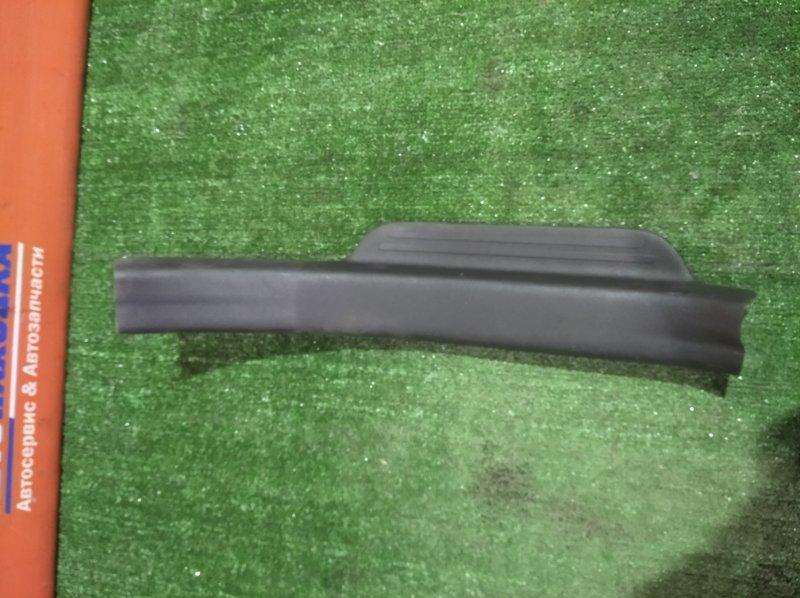 Накладка на порог Toyota Belta SCP92 2SZ-FE 2005 задняя левая 67918-52180 в салон