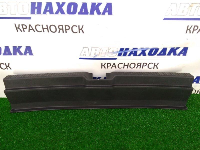 Накладка багажника Toyota Wish ZNE10G 1ZZ-FE 2005 задняя 67935-68010 накладка на порог (где замок),