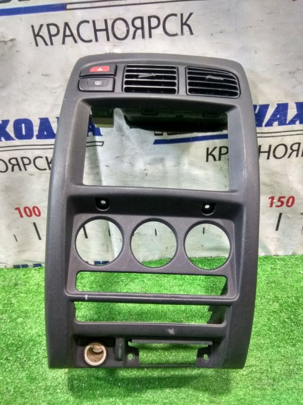 Консоль магнитофона Nissan Cube ANZ10 CGA3DE 1999 облицовка центральной консоли с аварийкой,