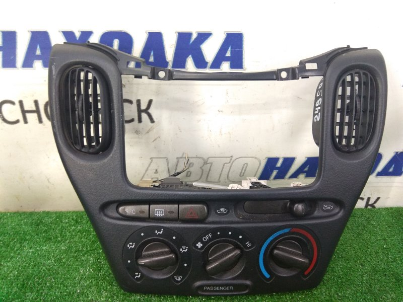 Консоль магнитофона Toyota Funcargo NCP20 2NZ-FE 1999 с блоком климата, с дефлекторами обдува и