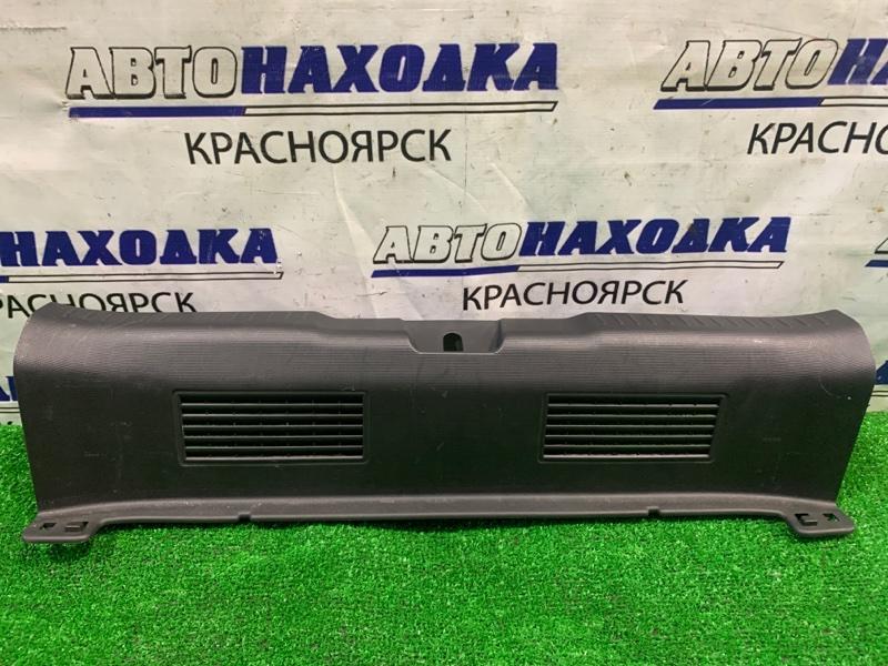 Накладка багажника Honda Fit GD1 L13A 2001 задняя под 5-ю дверь, где петля замка.
