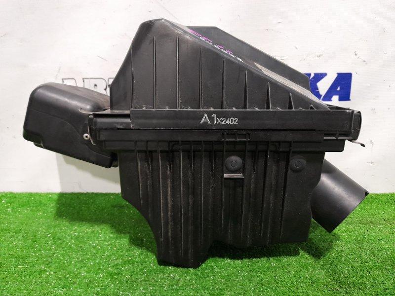 Корпус воздушного фильтра Nissan Primera QP12 QG18DE 2001 есть незначительный скол.