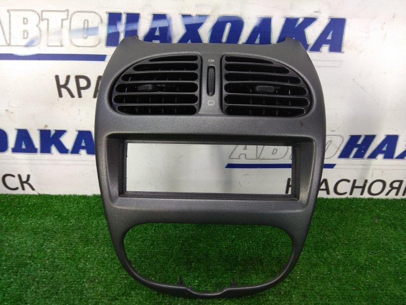 Консоль магнитофона Peugeot 206 2A/C TU5JP4 2003 ХТС, центральная часть с дефлекторами обдува,