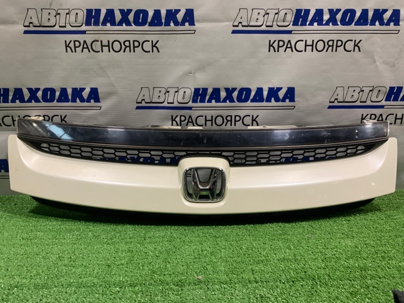 Решетка радиатора Honda Stream RN1 D17A 2003 рестайлинг, есть потертости под полировку.