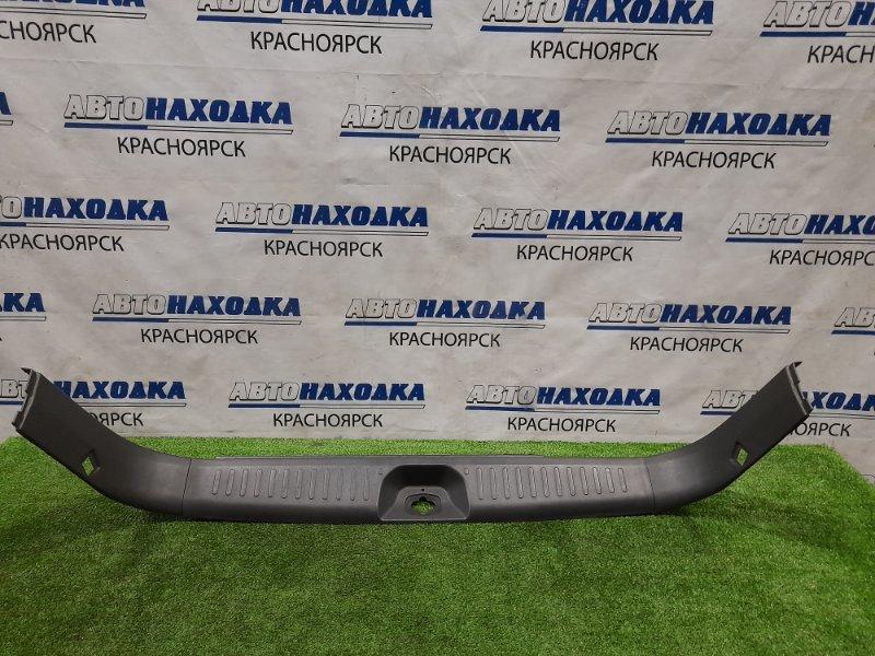 Накладка багажника Nissan Primera WHP11 SR20DE 1997 задняя под 5-ю дверь, где петля замка + 2
