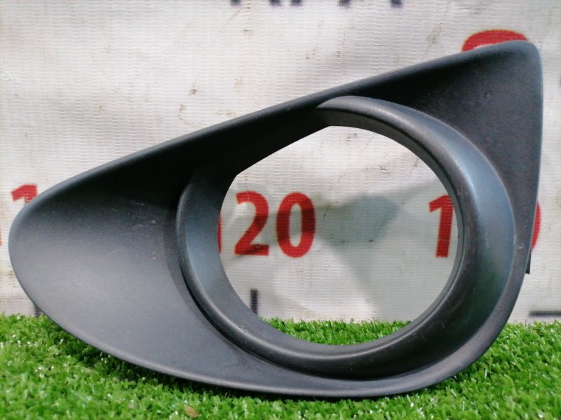 Заглушка в бампер Toyota Vitz KSP130 1KR-FE 2010 передняя левая дорестайлинг, заглушка левой