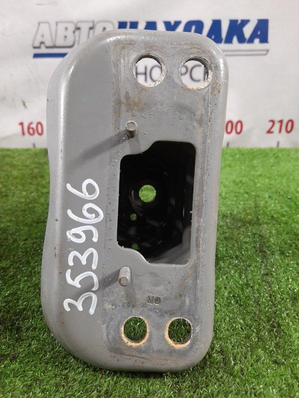 Кронштейн бампера Toyota Vitz NSP130 1NR-FE 2010 передний правый правый стакан к усилителю