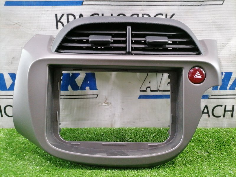 Консоль магнитофона Honda Fit GE6 L13A 2007 77250-TF0-J0 с кнопками аварийки и дефлекторами