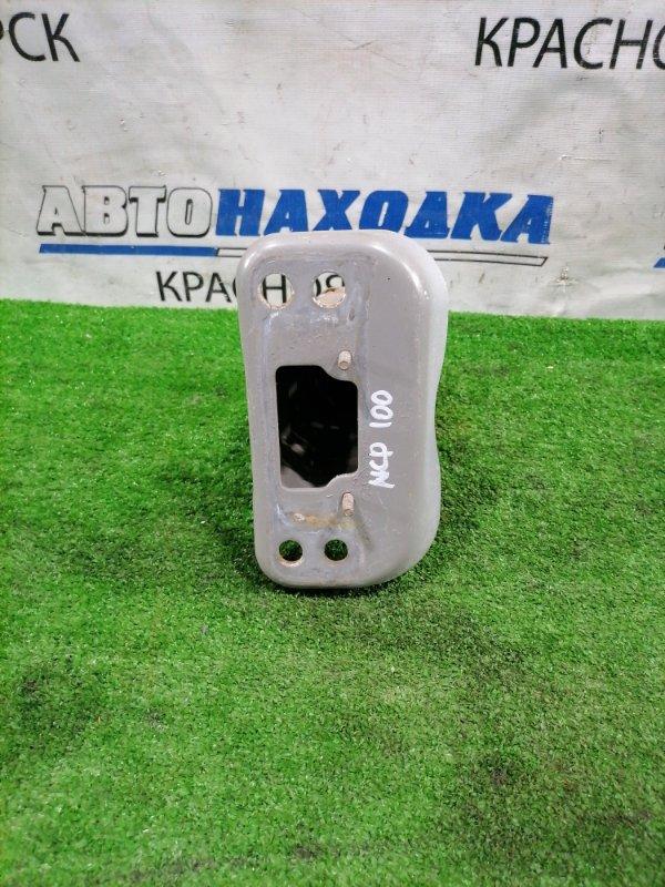 Усилитель бампера Toyota Ractis NCP100 1NZ-FE 2005 передний левый передний левый кронштейн