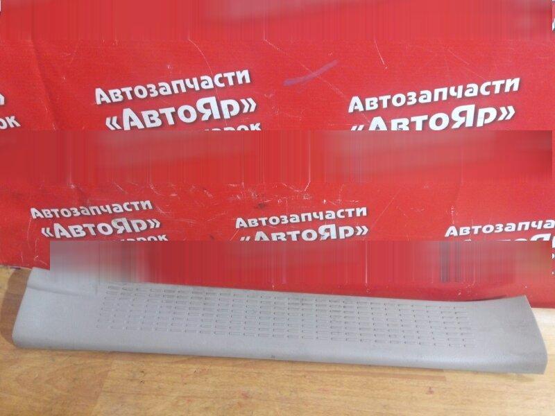 Накладка пластиковая в салон Toyota Noah AZR65G 1AZ-FSE 2002 передняя левая на порог
