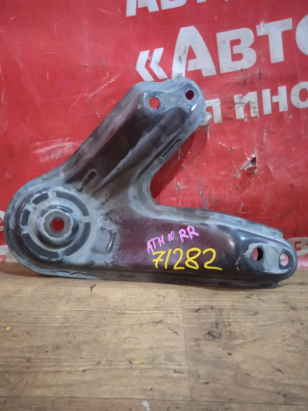 Крепление балки подвески Toyota Alphard ATH10W 2AZ-FXE 04.2004 заднее правое