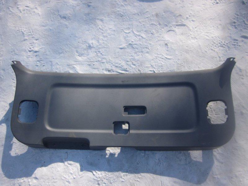 Обшивка двери багажника Toyota Avensis Verso CLM20 2AZFE