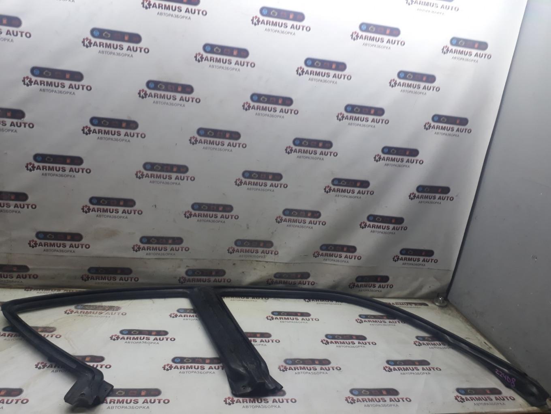 Уплотнитель двери Subaru Forester SF5 правый