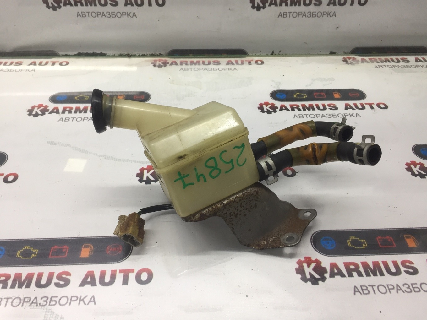 Бачок для тормозной жидкости Toyota Hiace KZH106 1KZTE