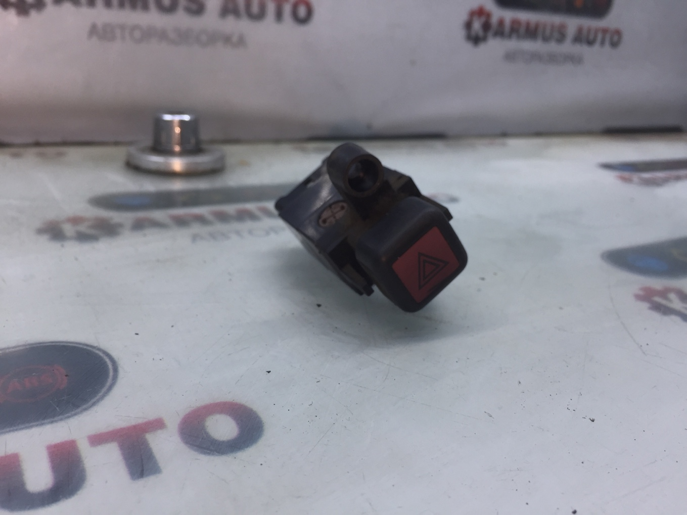 Кнопка включения аварийной сигнализации Toyota Toyota Sprinter AE91 5AF 1987