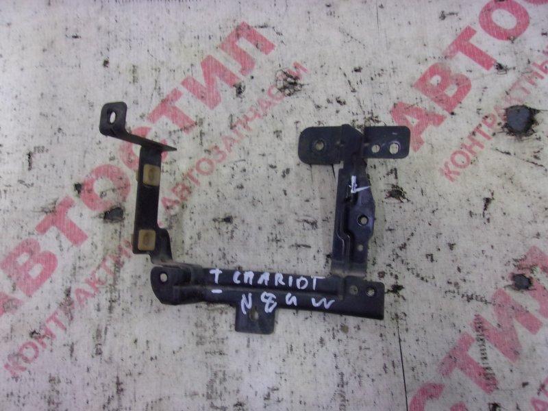 Крепление туманки Mitsubishi Chariot Grandis N84W, N86W, N94W, N96W 4G64 2000 левое