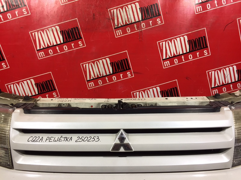 Решетка радиатора Mitsubishi Dingo CQ2A 4G13 2001 передняя белый