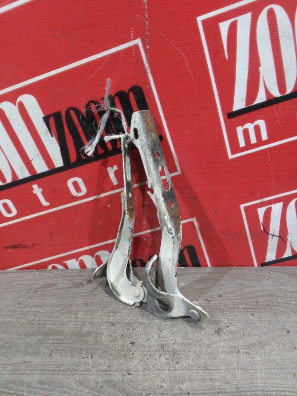Кронштейн капота Honda Fit GD1 L13A `2003 передний белый