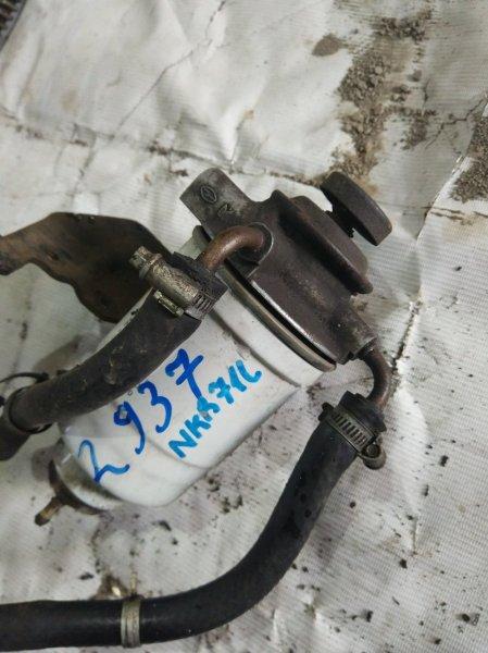 Крепление топливного фильтра Isuzu Elf NKR71L 4HG1 2001