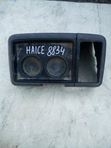 Бардачок, между сиденьями Toyota Hiace