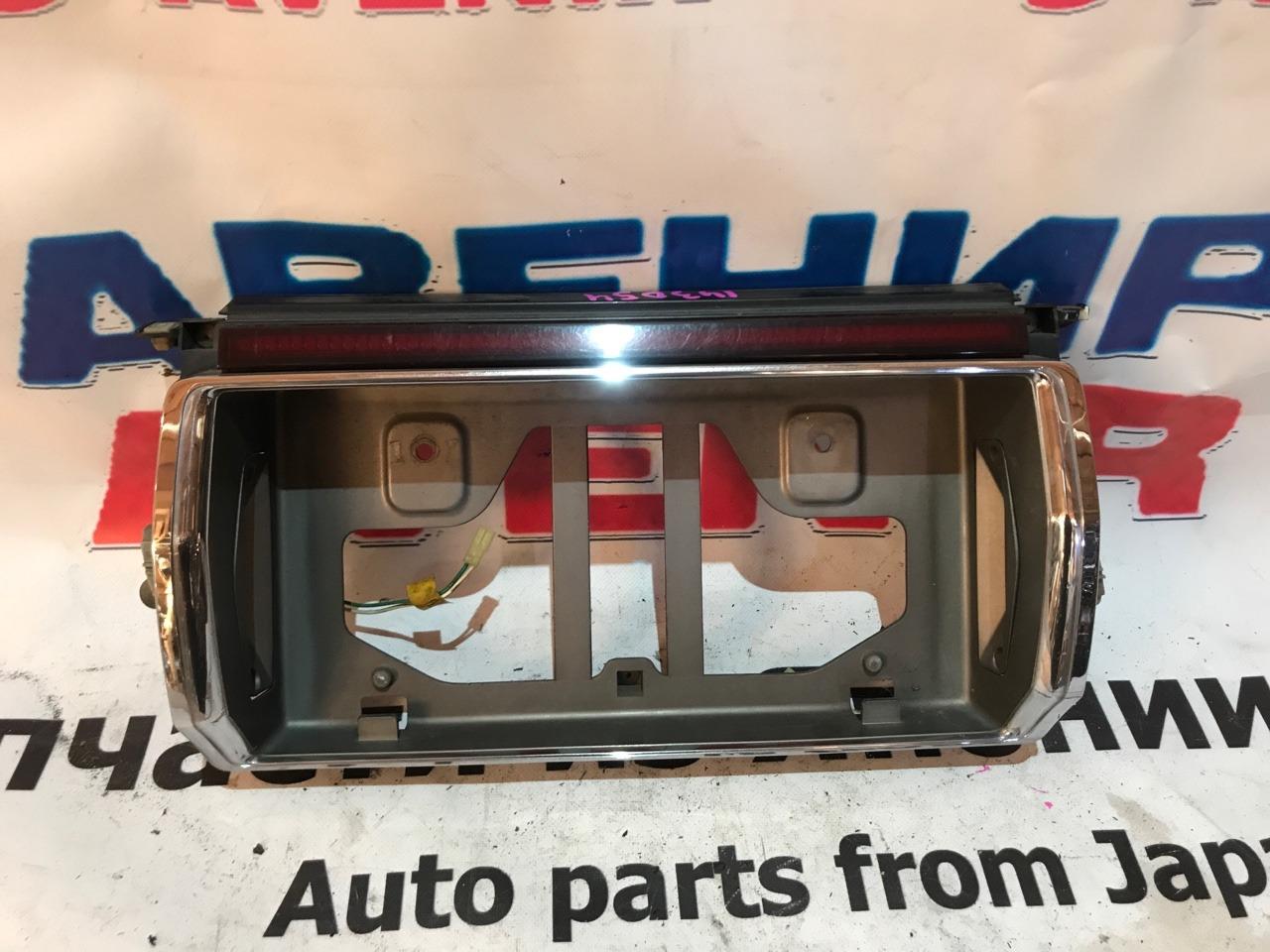 Вставка между стопов Toyota Crown GS130 задняя
