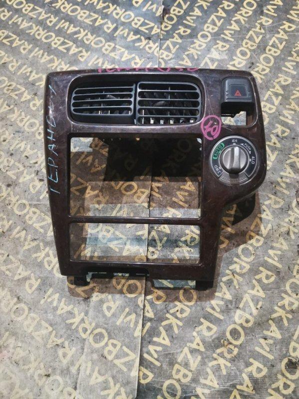 Консоль магнитофона Nissan Terrano LR50