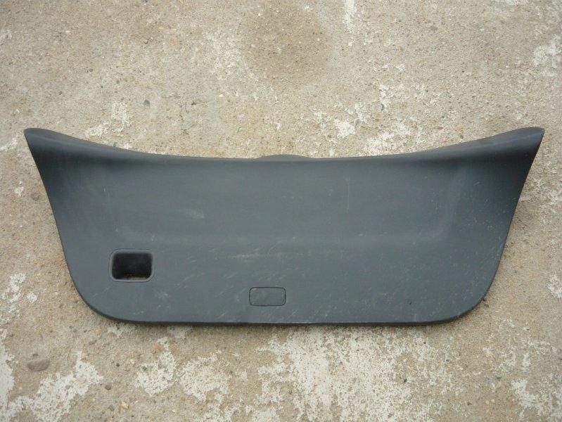 Обшивка двери багажника Toyota Vitz SCP90