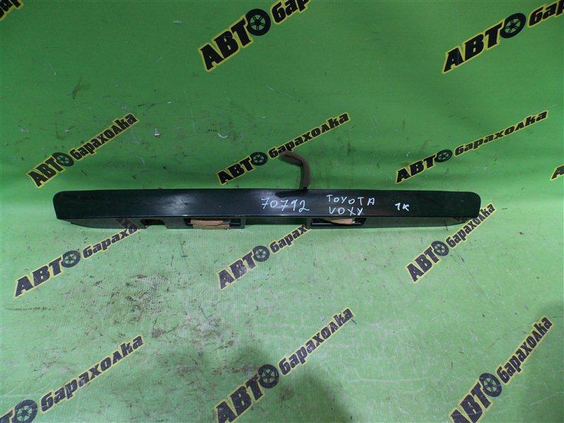 Накладка 5-й двери Toyota Voxy AZR60 задняя