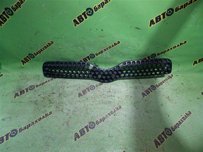 Решетка радиатора Toyota Vitz SCP10 1SZ-FE 2000