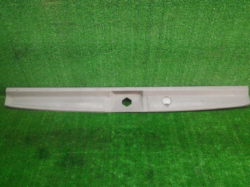 Накладка замка багажника Nissan Elgrand AVWE50 QD32ETI 1998 (б/у)