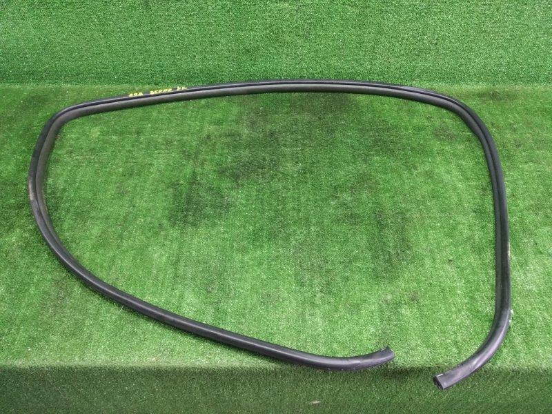 Уплотнительная резинка Toyota Ist ZSP110 2ZRFE 2008 передняя правая (б/у)