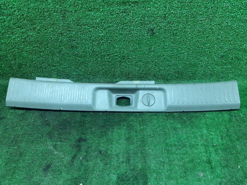 Накладка замка багажника Nissan R'nessa PNN30 KA24DE 1999 (б/у)