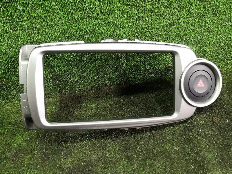 Консоль магнитофона Toyota Vitz NSP135 1NRFE 2011 (б/у)