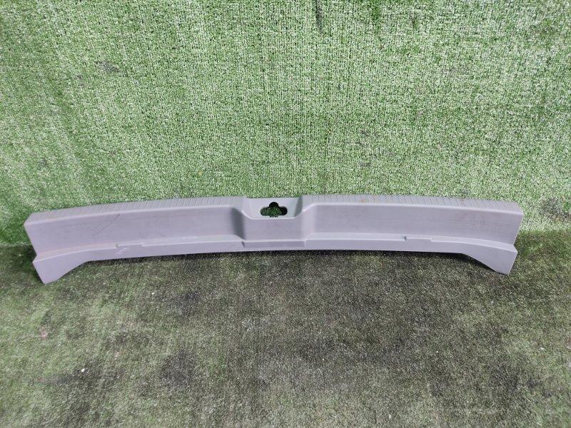 Накладка замка багажника Toyota Ipsum ACM26 2AZFE 2002 задняя (б/у)