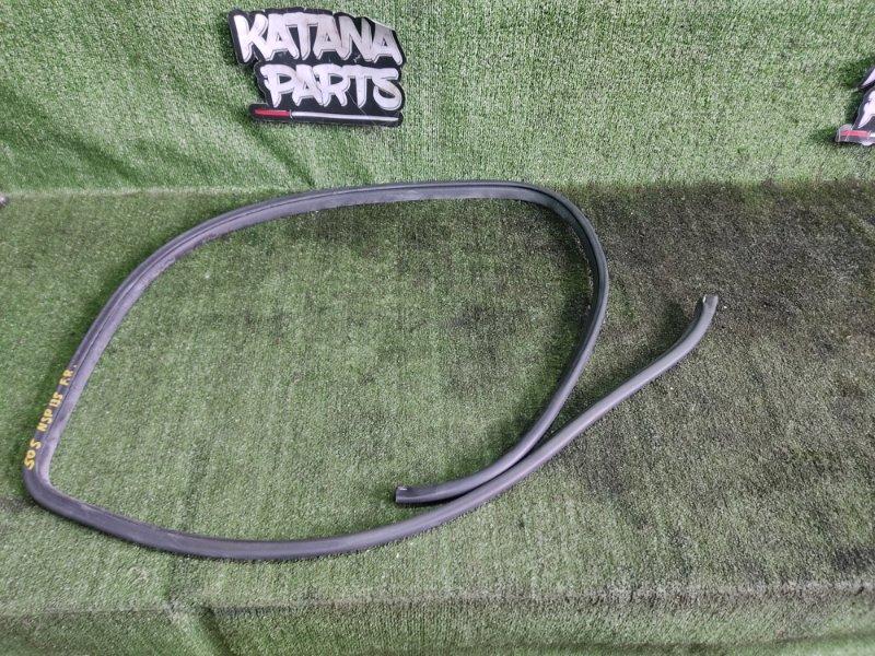 Уплотнительная резинка дверей Toyota Vitz NSP135 1NRFE 2012 передняя правая (б/у)