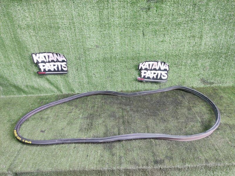 Уплотнительная резинка багажника Toyota Vitz NSP135 1NRFE 2012 задняя (б/у)