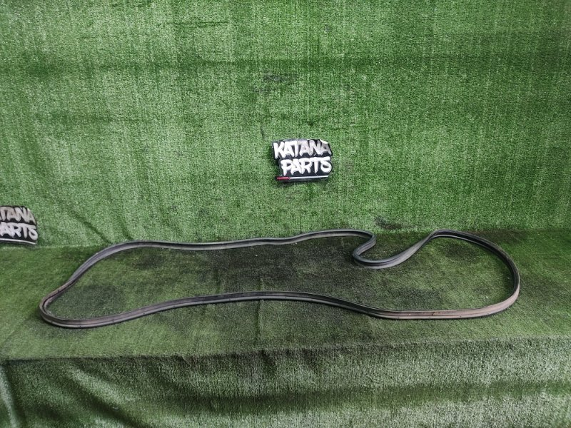 Уплотнительная резинка багажника Toyota Hiace KZH106W 1KZTE 1997 задняя (б/у)