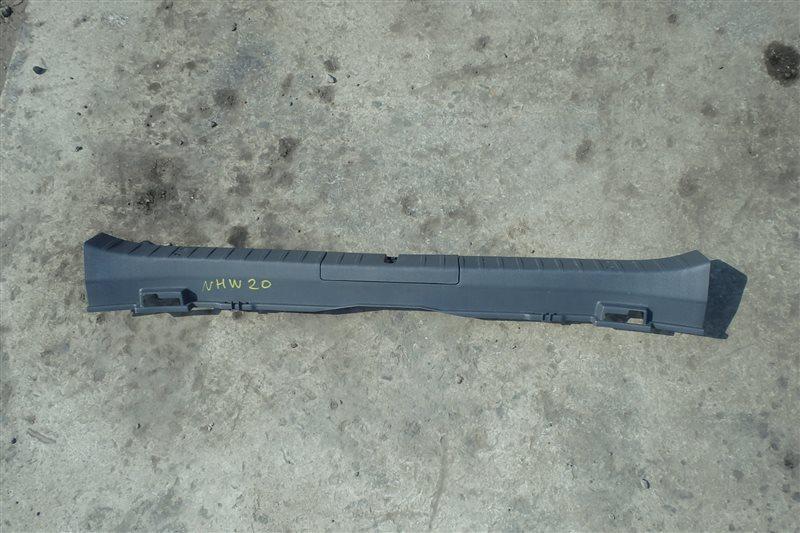 Накладка замка багажника Toyota Prius NHW20 1NZ-FXE 2006