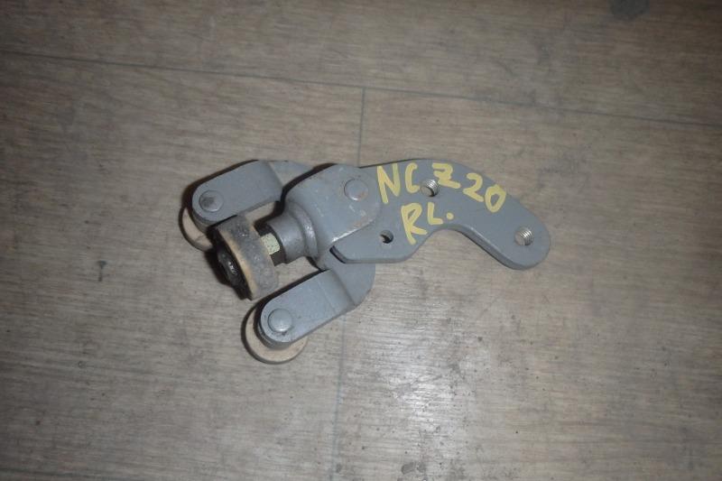 Ролик раздвижной двери Toyota Raum NCZ20 1NZ-FE 2004 задний левый нижний