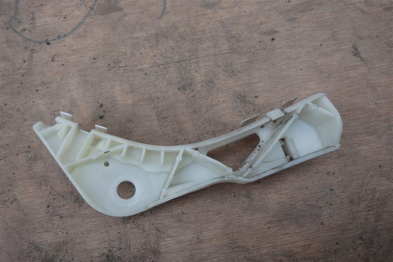 Крепление бампера с крыла Mazda Atenza GG3P L3 переднее левое