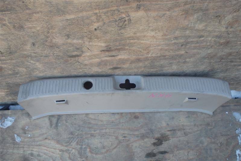 Накладка замка багажника Toyota Gaia ACM10 1AZ-FSE задняя